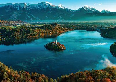 Vista panorâmica do Lago Bled, na Eslovénia, com os Alpes Julianos por trás
