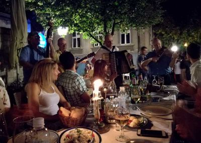 Jantar típico sérvio na famosa rua Skadarlija