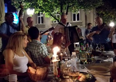 Jantar típico na rua Skadarlija, em Belgrado