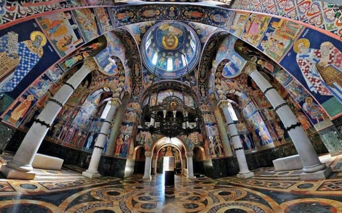 A igreja de Oplenac, na Sérvia, é integralmente forrada a mosaicos. São 40 milhões!