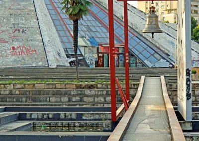 """A """"Pirâmide de Tirana"""", pensada para ser o Mausoléu do antigo ditador comunista Enver Hoxha. Foto: <a href=""""https://visualhunt.co/a4/8751d5"""">archer10 (Dennis)</a> on <a href=""""https://visualhunt.com/re6/8c823f25"""">Visual hunt</a> / <a href=""""http://creativecommons.org/licenses/by-sa/2.0/""""> CC BY-SA</a>a"""