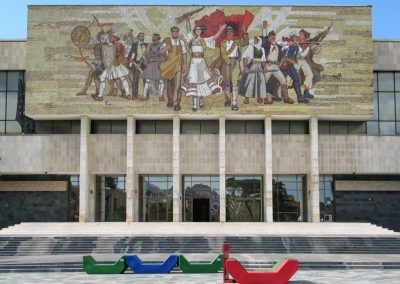 "Museu Nacional da Albânia em Tirana. Foto: <a href=""https://visualhunt.co/a4/cc895160"">D-Stanley</a> on <a href=""https://visualhunt.com/re6/a68deae4"">Visual Hunt</a> / <a href=""http://creativecommons.org/licenses/by/2.0/""> CC BY</a>"