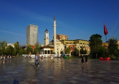 "Praça Central de Tirana, capital da Albânia. Foto: <a href=""https://visualhunt.co/a4/7cf6cccf"">Andrew Milligan sumo</a> on <a href=""https://visualhunt.com/re6/bc705eba"">Visualhunt.com</a> / <a href=""http://creativecommons.org/licenses/by/2.0/""> CC BY</a>"