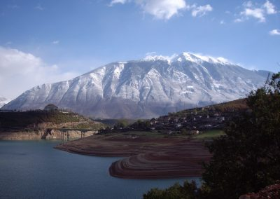 "Lago Fierza em Kukes, Albânia. Foto: <a href=""https://visualhunt.co/a4/99f9e9f7"">UNDP in Europe and Central Asia</a> on <a href=""https://visualhunt.com/re6/de75d549"">VisualHunt.com</a> / <a href=""http://creativecommons.org/licenses/by-nc-sa/2.0/""> CC BY-NC-SA</a>"