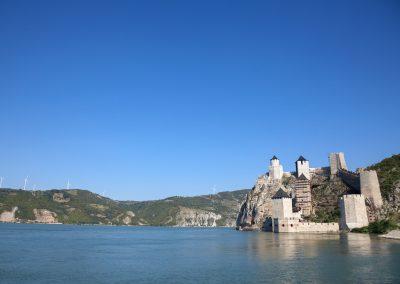Castelo de Golubac no Parque Nacional de Djerdap na fronteira natural (Rio Danúbio) entre a Sérvia e Roménia