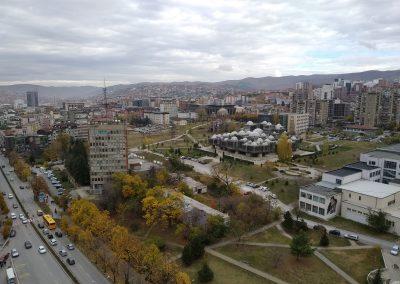 Vista aérea de Pristina a partir da Catedral Madre Teresa de Calcutá com a Biblioteca Nacional do Kosovo ao fundo