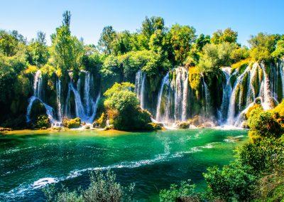 A cascata/cachoeira de Kravica no sul da Bósnia e Herzegovina