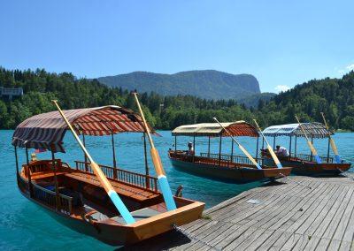 Famosos barcos Pletna, característicos do Lago Bled, na Eslovénia