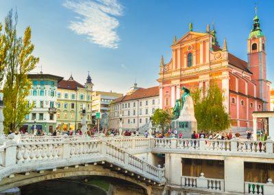 Ponte tripla, estátua de Preseren e Igreja da Anunciação em Ljubljana, Eslovénia