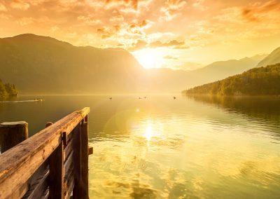 Pôr do sol no Lago Bohinj, parte do Parque Nacional de Triglav, na Eslovénia