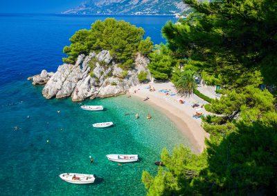 A praia de Brela em Makarska, Croácia