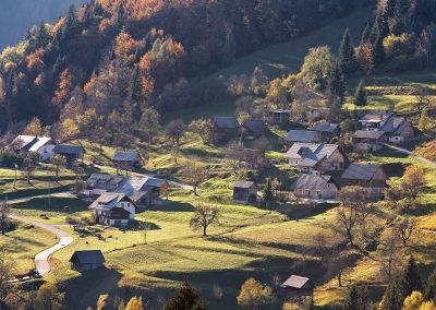 Aldeia de montanha nos Alpes, Eslovénia
