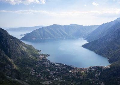 Vista aérea da Baía de Kotor, Montenegro