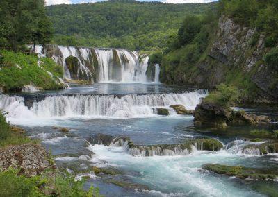 Cascata/cachoeira no Parque Nacional de Una, na Croácia