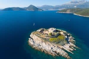 A ilha e forte de Mamula guardam a entrada na poderosa Baía de Kotor!